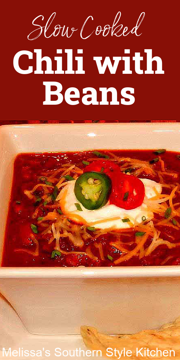 Simmer this slow cooked Southern Style Chili with Beans all day for a warm and comforting meal #chilirecipes #southernstylechili #slowcookerchili #chiliwithbeans #easygroundbeefrecipes