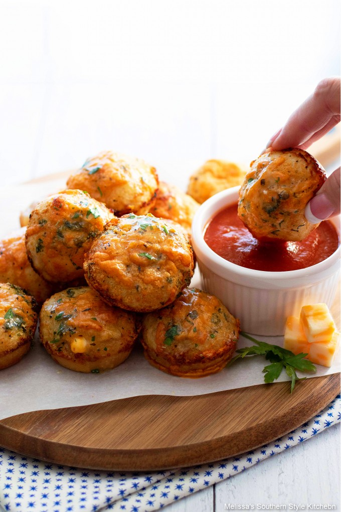 garlic-butter-cheese-rolls-with-pizza-sauce
